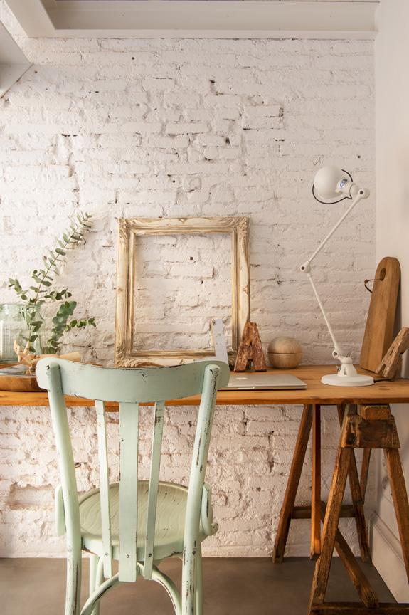 decoracion nordica estilo nordico ladrillo visto marco antiguo mint escritorio zona de trabajo industrial lampara de escritorio silla restaurar letras madera interiorismo barcelona alquimia deco