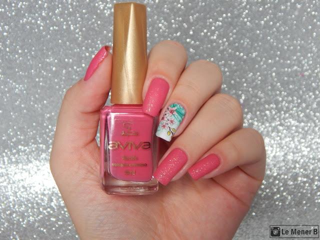 decoração de unha com esmalte rosa