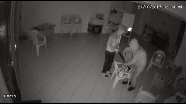 Câmeras de segurança flagraram a ação dos dois indivíduos no furto de notebooks e demais itens do estabelecimento (Foto: Reprodução)