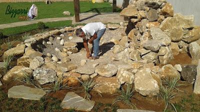 Bizzarri, da Bizzarri Pedras, visitando uma obra onde estamos terminando o lago ornamental com pedras e iniciando a execução do paisagismo com os caminhos de pedra cacão de Carranca em casa em condomínio em Atibaia-SP. 09 de novembro de 2016.