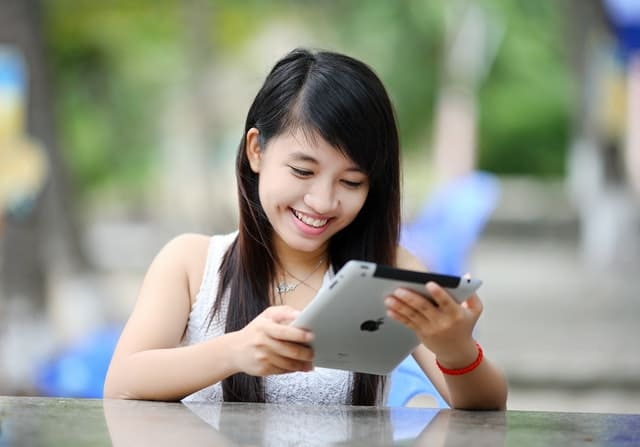 Sedang jauh dari pasangan? Komunikasi yang baik bisa membuat wanita tetap nyaman!