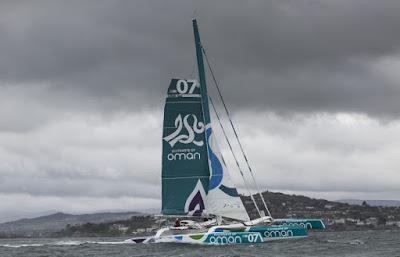 Le MOD70 Oman Sail remorqué après son chavirage