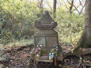 六国見山稚児墓