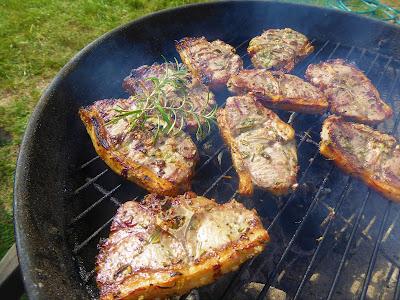 Grillade lammkotletter med örtsmör, fänkålssallad och rosmarinpotatis