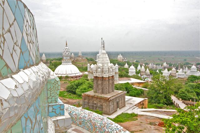 Thị trấn Sonagiri nằm trên một ngọn đồi ở miền trung Ấn Độ. Nơi đây có nhiều ngôi đền Jain trắng tuyệt đẹp, không tì vết nằm rải rác xung quanh Sonagiri. Cả người hành hương và du khách phải đi chân trần lên bằng lối lên 300 bậc thang. Lên đây, du khách có thể khám phá kiến trúc những ngôi đền trắng và ngắm vẻ đẹp cảnh quan vùng rừng núi và đồng bằng xa xa tuyệt đẹp.