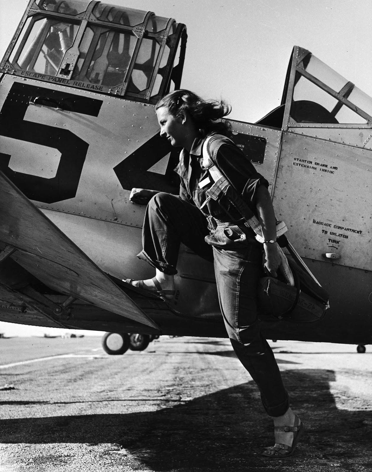 21 Interesting Black and White Photographs Document Female