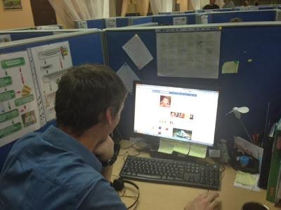 Конкретный сотрудник от своего имени отвечает клиенту в социальной сети