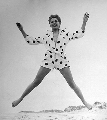 http://pics.wikifeet.com/Barbara-Nichols-Feet-721940.jpg