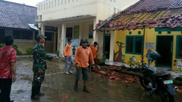 Babinsa Koramil 10/PDT Sigap Bantu Korban Angin Puting Beliung di Namosialang