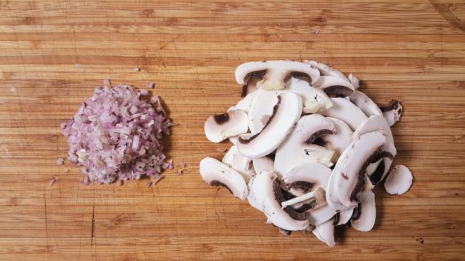 Echalotes ciselées et champignons émincés.