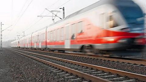 Súlyos vonatbaleset Sopronban, a síneken áll egy összetört kocsi