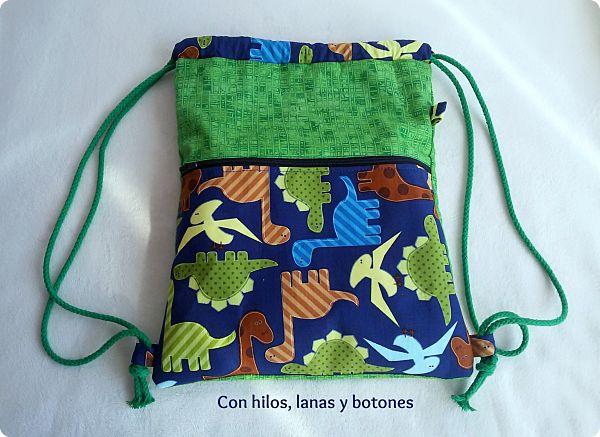 """Con hilos, lanas y botones: Mochila """"dinosaurios"""""""