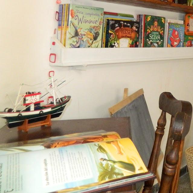Estante para libros reciclado.
