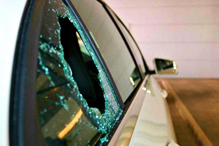 Eğer arabanızın kapısını açamıyorsanız koltuk başlığını sökerek demiriyle camı kırabilirsiniz.