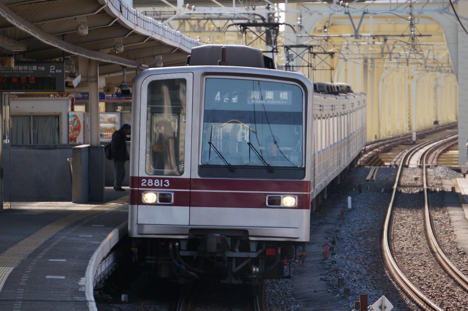 小菅駅に入線する東武鉄道20000系