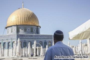 Judío en el Monte del Templo cerca a la Cúpula de la Roca