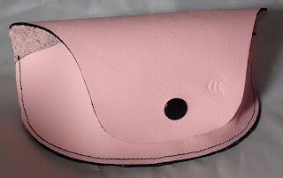 Vue d'ensemble de l'étui à lunette en cuir rose