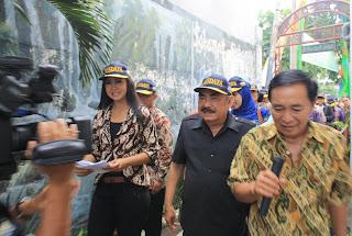 Bpk. Prof. Haryono Suyono, melakukan kunjungan ke RW V Babadan, Kel. Gundih, Kec. Bubutan dalam rangka Peresmian POSDAYA Singo Duto