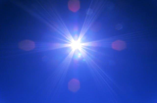 Sinar ultraviolet sebagai cara menghilangkan bekas jerawat merah