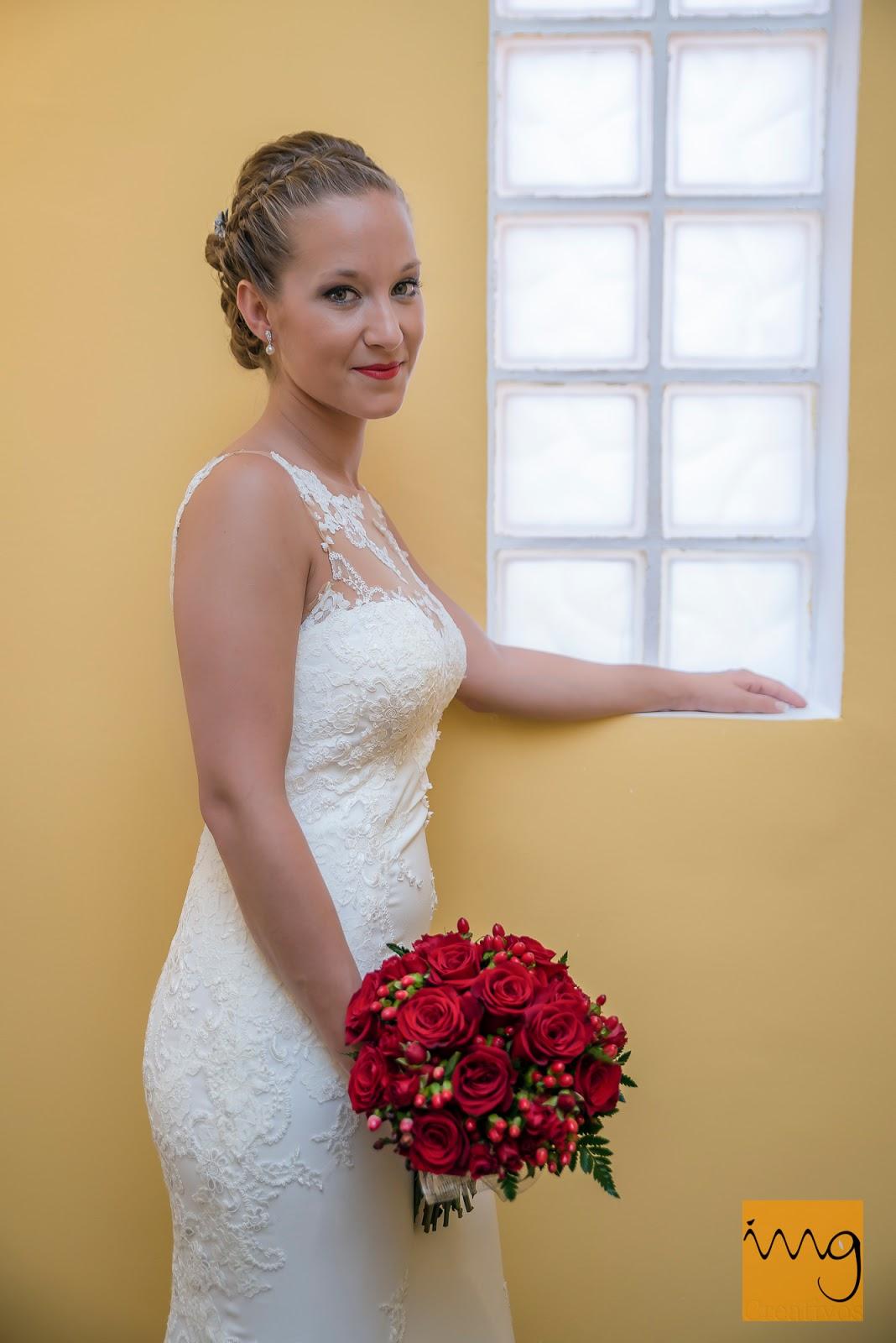 Fotografía de la novia con el ramo de boda
