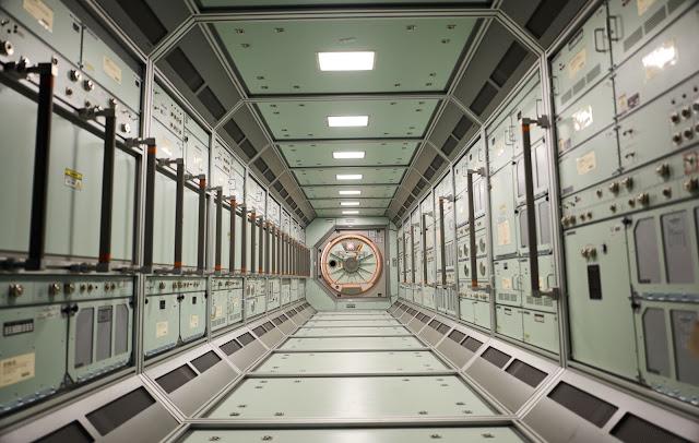 Hành lang chính của tàu Daedalus.