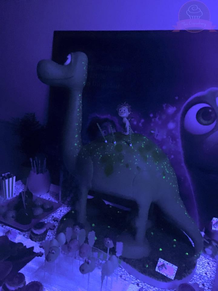 gateau dinosaure qui s'allume dans la nuit