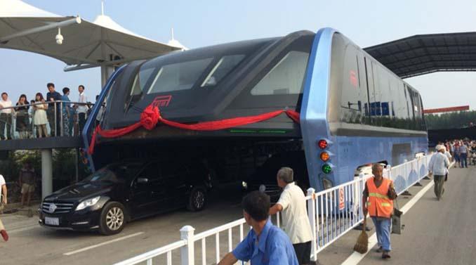 Δες το πρώτο λεωφορείο που περνάει πάνω από τα αυτοκίνητα στους δρόμους της πόλης Qinhuangdao στην Κίνα!!