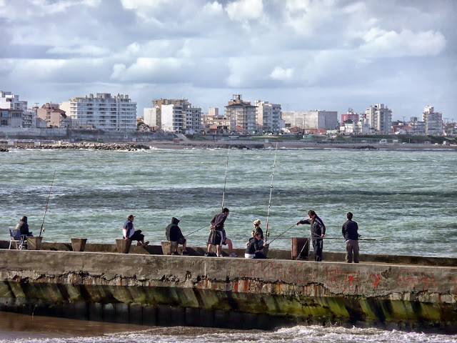 Pescadores en escollera ,al fondo Mar Del Plata