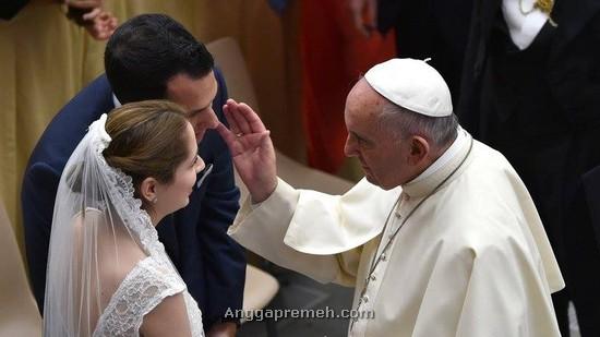 Paus Fransiskus sedang memberkati pasangan pengantin