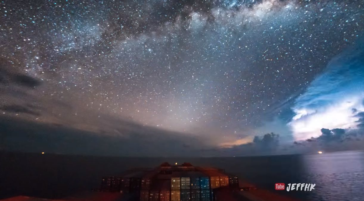 Ночное звездное небо на море
