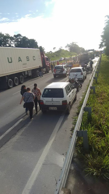 Acidente com Carreta carregada de maça deixa trânsito lento na rodovia Régis Bittencourt