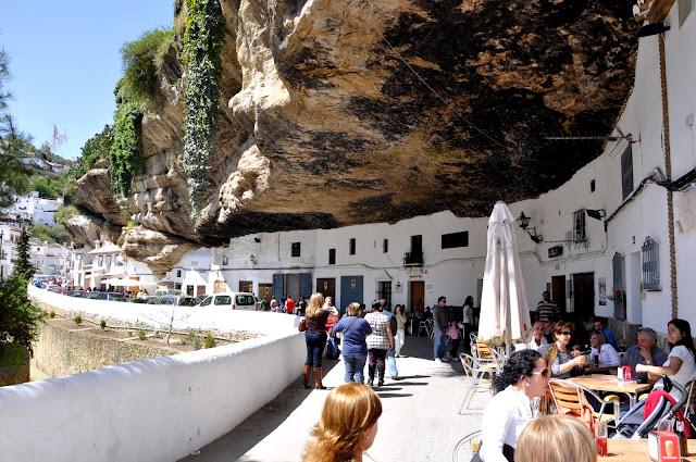 Setenil de las Bodegas, un pueblo bajo la montaña
