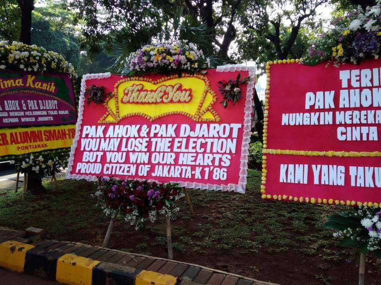 Empat Ribu Lebih Karangan Bunga Untuk Ahok Djarot Tersusun Rapi di Balaikota