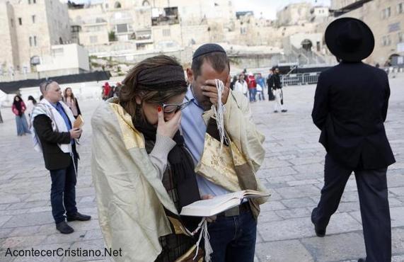 Pareja de judíos orando en la Zona mixta del Muro de los Lamentos