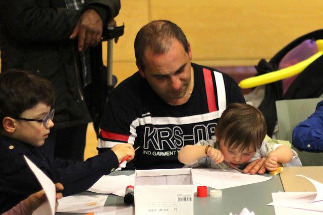 Un padre juega con su hija en una fiesta infantil