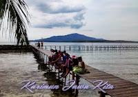 wisatawan foto di pulau tengah karimunjawa