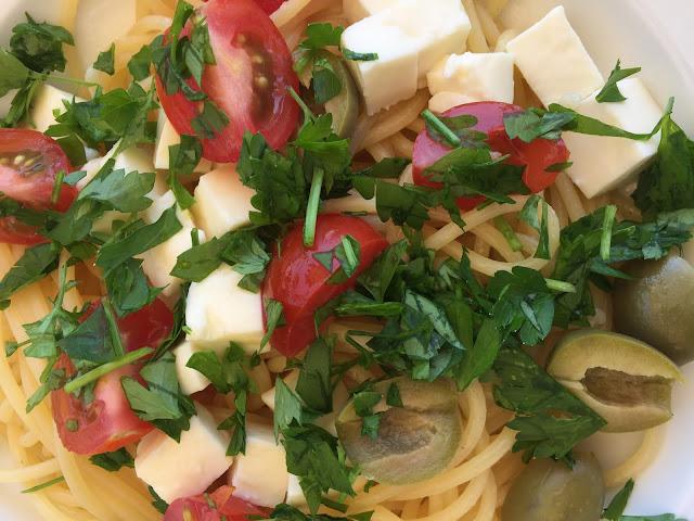 Spaghetti mit Tomaten, Oliven und Mozzarella
