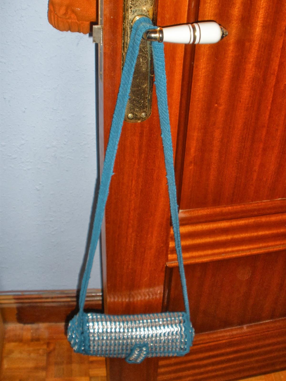 bolso colgado en la puerta