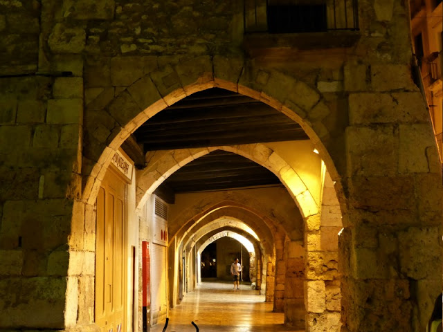 Tarragona, barrio medieval de noche calles porticadas