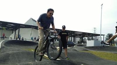 (Asik Banget) Ahok Dan 2 Anaknya Naik Sepeda Dan Skateboard Di RTH Kalijodo