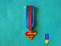 Foto medalla de fimo con el logo de Superman