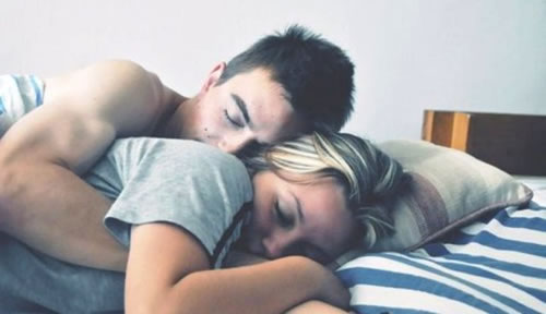 A ciência diz que: Dormir de conchinha diminui o estresse