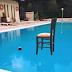 Ηθοποιός κερνάει καφέ πάνω σε...παγωμένη πισίνα - ΦΩΤΟ
