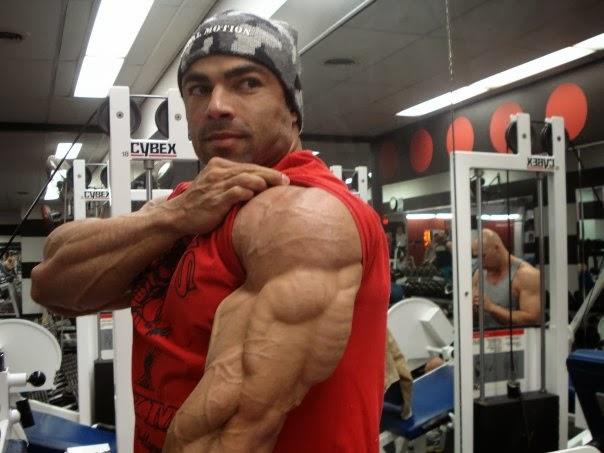 كيف حصل ادواردو كوريا على عضلات ذراعه الضخمة