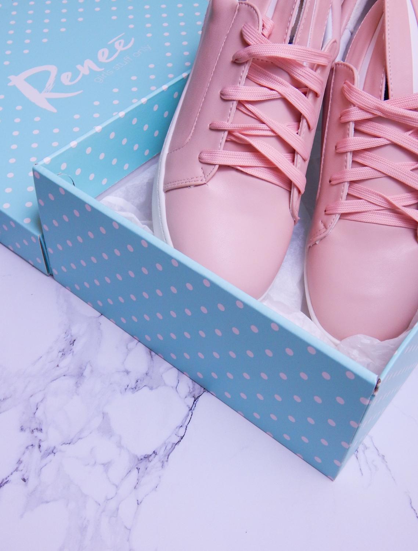 18 różowe tenisówki króliki z pomponem urocze buty na wiosnę tenisówki do każdej stylizacji renee pudrowy róż partybox buty w kształcie zająca marmur flatlay