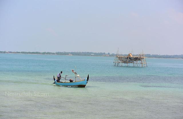Kapal-kapal yang berlayar di dekat pulau panjang