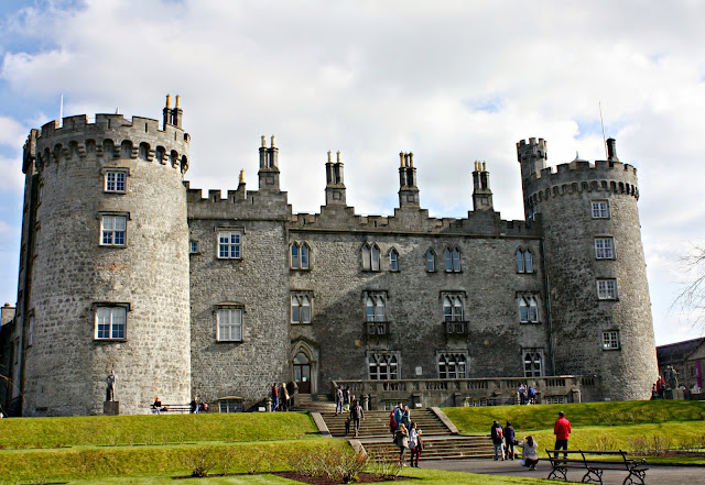 Families visiting Kilkenny Castle in Ireland