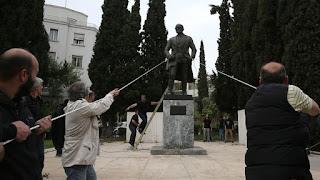 Μια χώρα σε μηχανική υποστήριξη ζωής είναι η Ελλάδα: Διχασμένη, χωρίς σχέδιο για το μέλλον