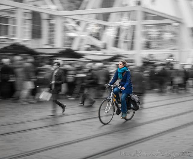 Chica montando en bicicleta en Gante