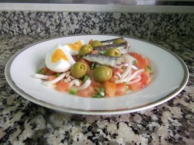 Ensalada de tomate con sardinas